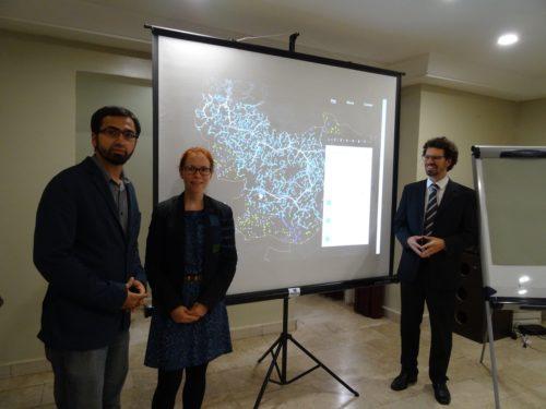 Vorstellung der vorläufigen Ergebnisse zu Mini Grids und Netzerweiterung. V. l. n. r.: Muhammed Imran (INTEGRATION Environment & Energy GmbH), Catherina Cader (RLI), Philipp Blechinger (RLI).