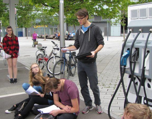 Norman beantwortet Fragen zur Ladestation für Elektrofahrzeuge | © Foto: RLI