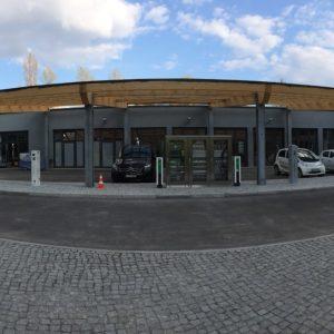Unter dem Solarcarport der ZeeMo.Base befinden sich sowohl induktive als auch konduktive Ladestationen   Foto: inno2grid