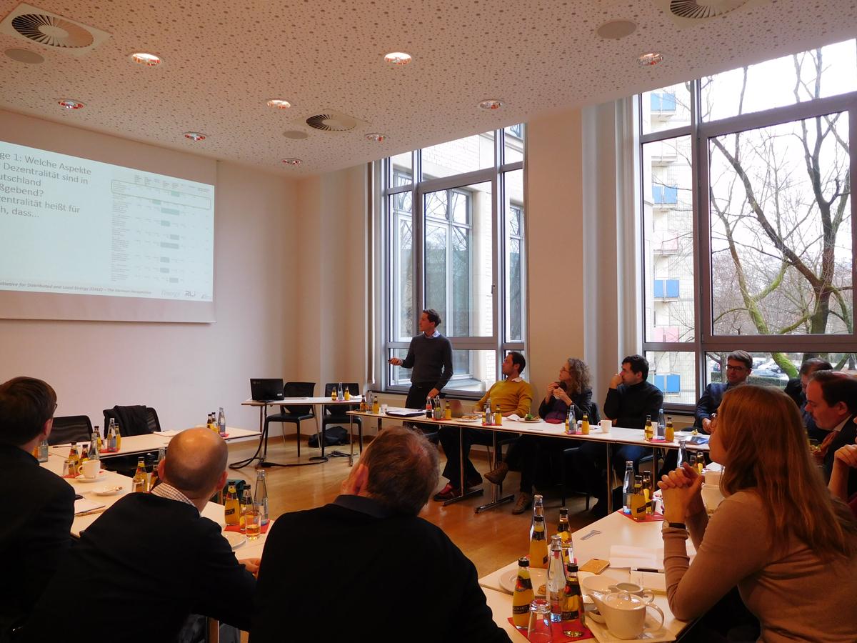 Fabian Zuber von l°energy (stehend) präsentiert die Ergebnisse der Umfrage zur dezentraler Eenergieversorgung. | © Foto: RLI