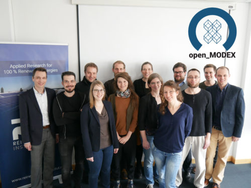 Gruppenbild der Projektpartner*innen vor dem open_MODEX-Logo
